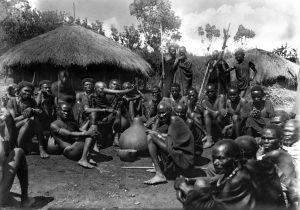 Gruppo di indigeni nell'adunanza dei suoi consiglieri in Kenya.