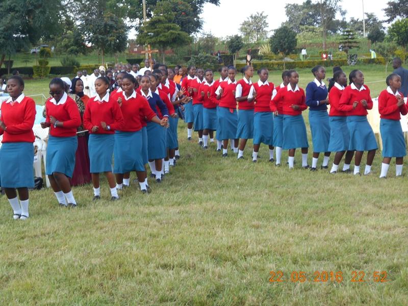 le ragazze della Sister Irene Secondary School ballano